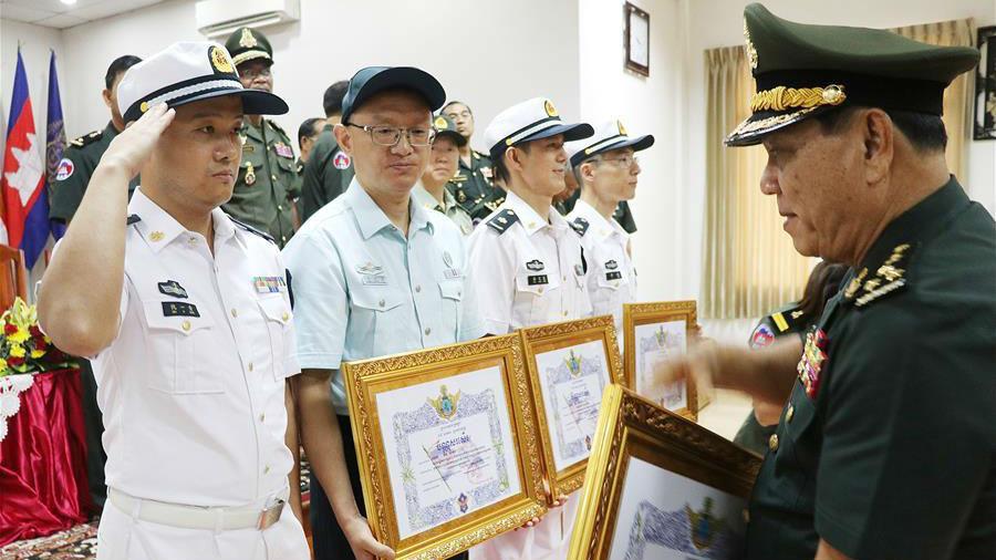"""中國軍醫專家組獲柬埔寨""""和平騎士勛章"""""""