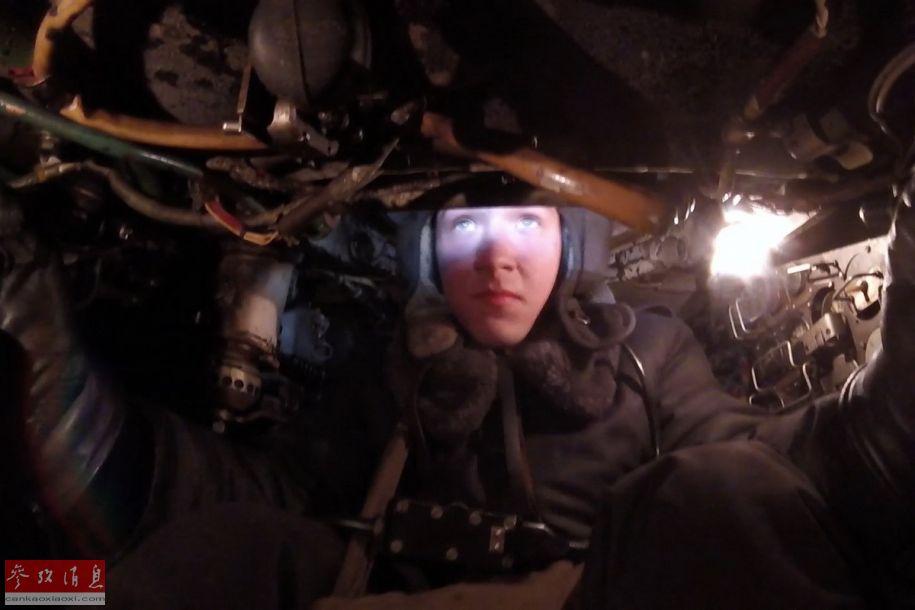 舱内视角拍摄的俄军坦克驾驶员。