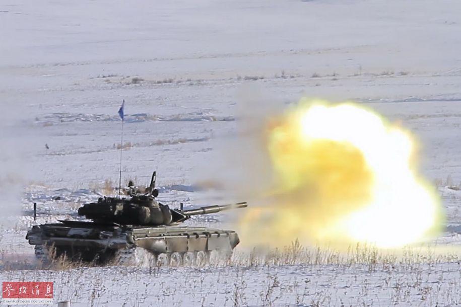 近日,俄中央军区出动2000名士兵及配套重武器装备在乌拉尔地区进行实战演练,其中还包括T-72主战坦克。图为参演俄军T-72坦克行进中射击瞬间。2