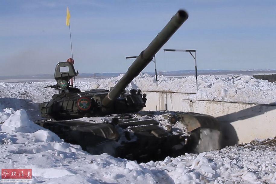 俄军T-72坦克从雪地掩体中高速驶出瞬间。