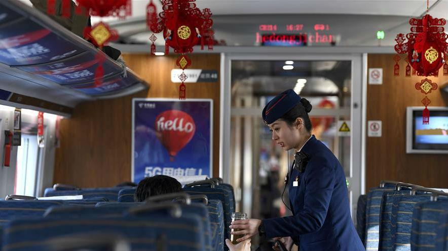 忙碌在春運期間的寧夏首條高鐵上