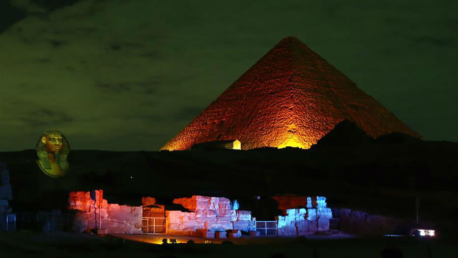 """埃及金字塔点亮""""中国红"""""""