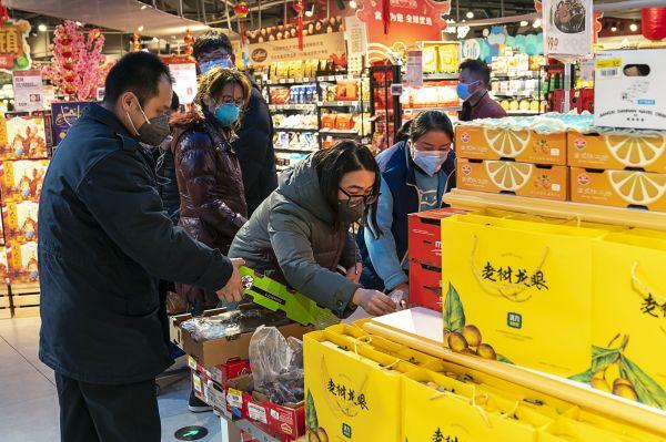 """英媒关注疫情阴影下中国人怎么过春节:减少外出 齐心抗""""疫"""""""