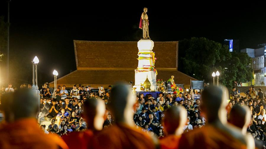 泰国民众悼念枪击案遇难者