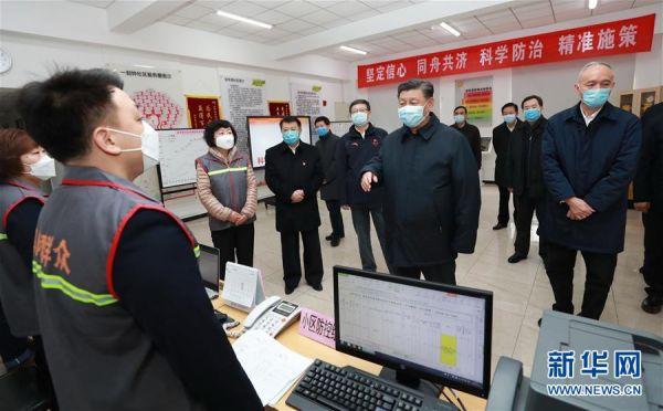 2月10日,中共中央总书记、国家主席、中央军委主席习近平在北京调研指导新冠肺炎疫情防控工作。这是习近平在朝阳区安贞街道安华里社区,了解基层一线疫情联防联控情况。 新华社记者 庞兴雷 摄