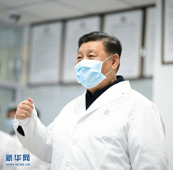 2月10日,中共中央总书记、国家主席、中央军委主席习近平在北京调研指导新冠肺炎疫情防控工作。这是习近平来到首都医科大学附属北京地坛医院门诊楼一层运行监控中心,通过监控画面察看患者住院诊疗情况,并视频连线正在病房值班的医务人员。 新华社记者 谢环驰 摄