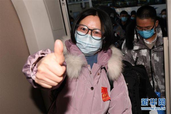2月9日,在合肥火车站,安徽省第三批支援湖北医疗队队员准备乘坐高铁出发。新华社记者张端摄
