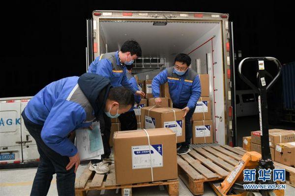 2月5日,在国药控股安徽有限公司物流中心,工作人员将采购的防护服运送到仓库等待发送武汉。新华社记者张端摄