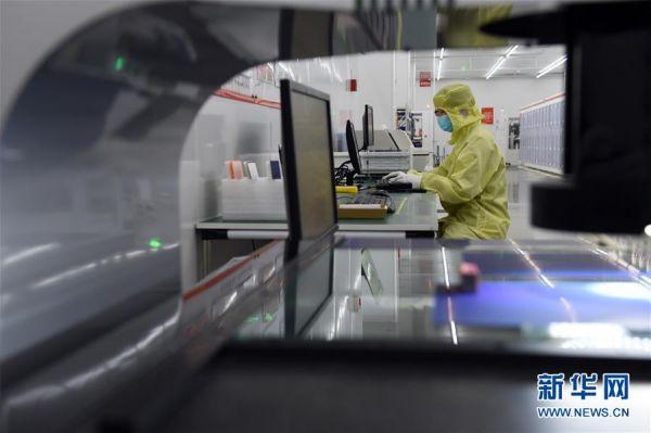 2月10日,工作人员在安徽省合肥市高新技术产业开发区一企业生产车间内工作。新华社发(周牧 摄)