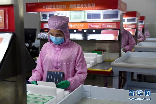 2月10日,工作人员在安徽省合肥市高新技术产业开发区一企业生产车间内工作。 新华社发(周牧 摄)