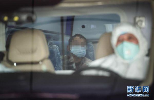 2月9日,一名来自湖北随县的疑似新冠肺炎患者在救护车内等待转运至随州市中心医院救治。 新华社记者肖艺九摄