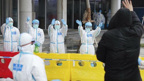 """世卫专家为中国控制疫情的努力点赞:""""他们的表现达到了望尘莫及的水平"""""""