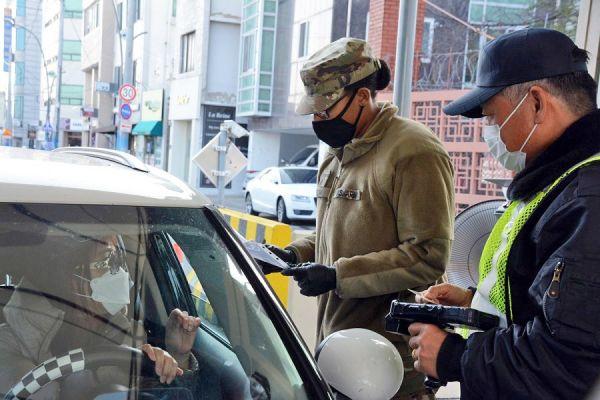 外媒:因疫情蔓延 多国军队取消或推迟联合演习