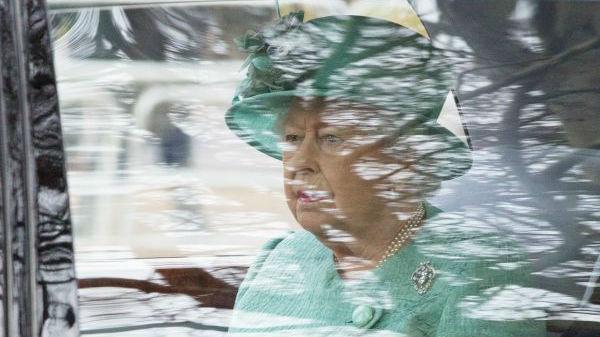 英媒:英国女王几十年来首次戴长手套授勋