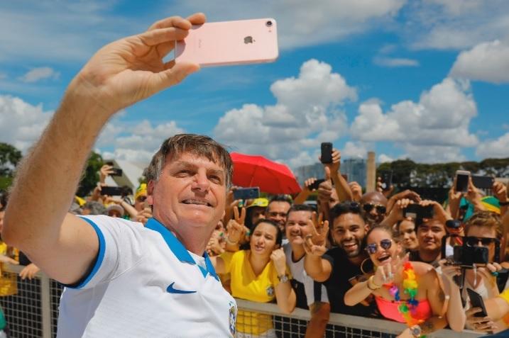 新冠肺炎蔓延之际 巴西总统不顾反对坚持游行——