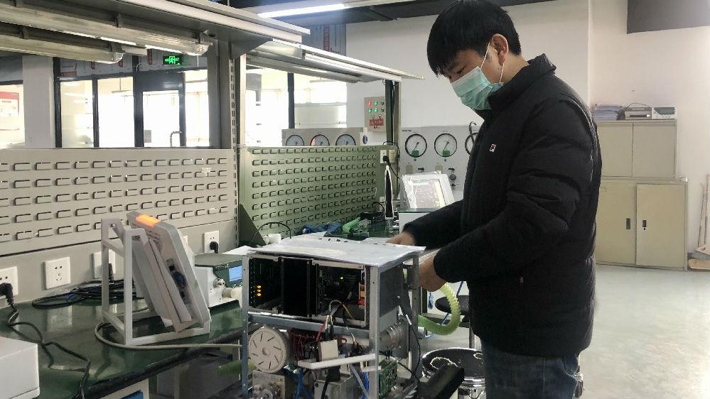 外媒:全球呼吸机需求大增 中国工厂开足马力生产