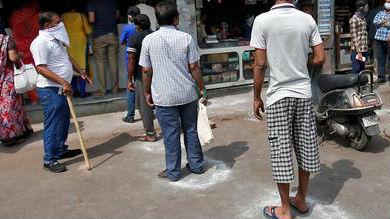 """盖""""隔离戳""""、画粉笔圈 印度以低成本方式抗击疫情"""
