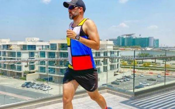 用奔跑来对抗新冠抑郁!南非夫妇网络直播阳台马拉松