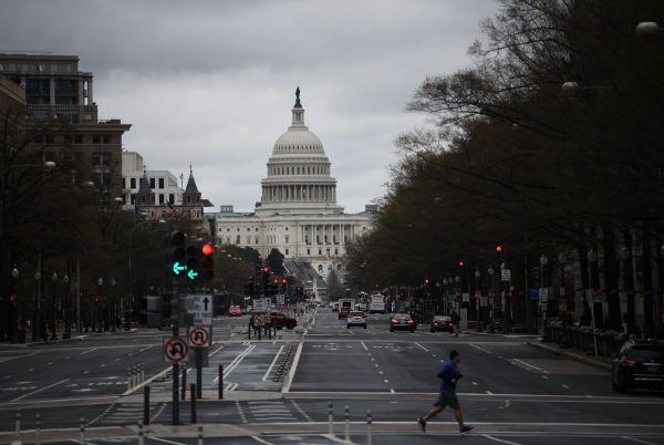 美媒:美国制造业因疫情陷入萎缩