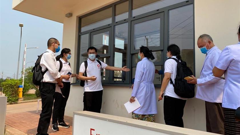中国抗疫医疗专家组深入了解老挝新冠确诊病例治疗情况