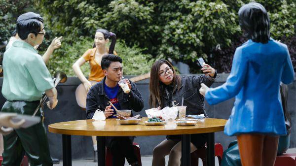 美媒:武汉谨慎走出封锁 逐步恢复正常生活