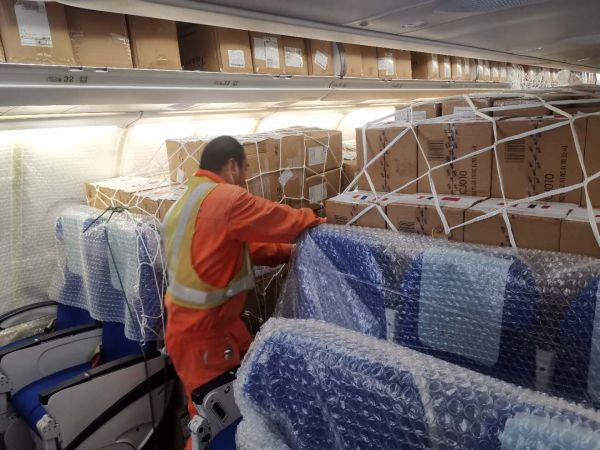 送往法国的口罩物资正进行装机。