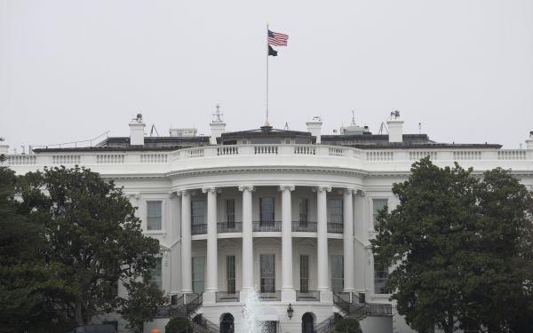 """美媒:错把骆家辉当中国官员 特朗普竞选广告被批""""种族主义"""""""