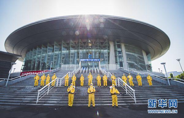 4月16日,专业人员对武汉体育中心体育馆及训练馆再次进行全面消杀。  新华网发  宋明亮摄