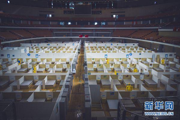 4月16日,专业人员对武汉体育中心体育馆及训练馆再次进行全面消杀。新华网发 宋明亮摄