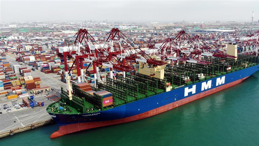 世界最大集裝箱船首航青島港