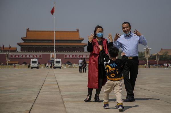 游客4月28日在北京天安门广场参观游览(欧洲新闻图片社)