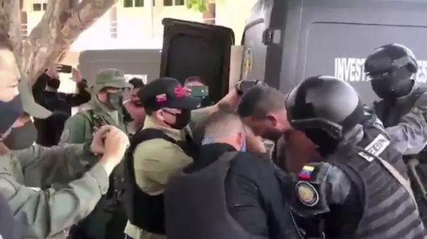 委內瑞拉電視臺播放的抓獲登陸雇傭兵畫面(法國《世界報》網站)