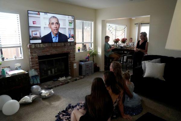图为美国圣迭戈的高中生及其亲人16日在家观看奥巴马演讲。(路透社