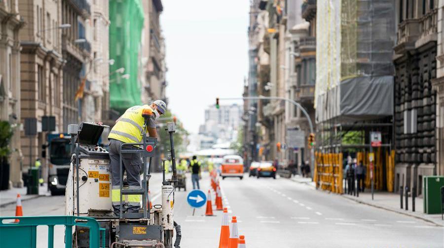 西班牙巴塞羅那:拓寬人行道 保證社交距離