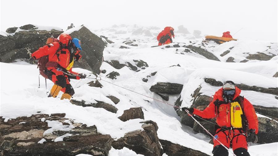 珠峰高程測量登山隊撤回前進營地 登頂日期將再調整