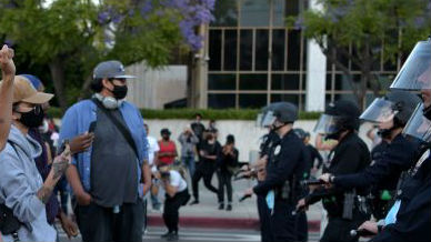 """警察""""锁喉""""事件引燃怒火 黑人死亡掀起全美抗议浪潮"""