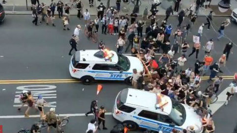 特朗普言辞强硬谴责示威者 外媒:种族矛盾政治分歧撕裂美国