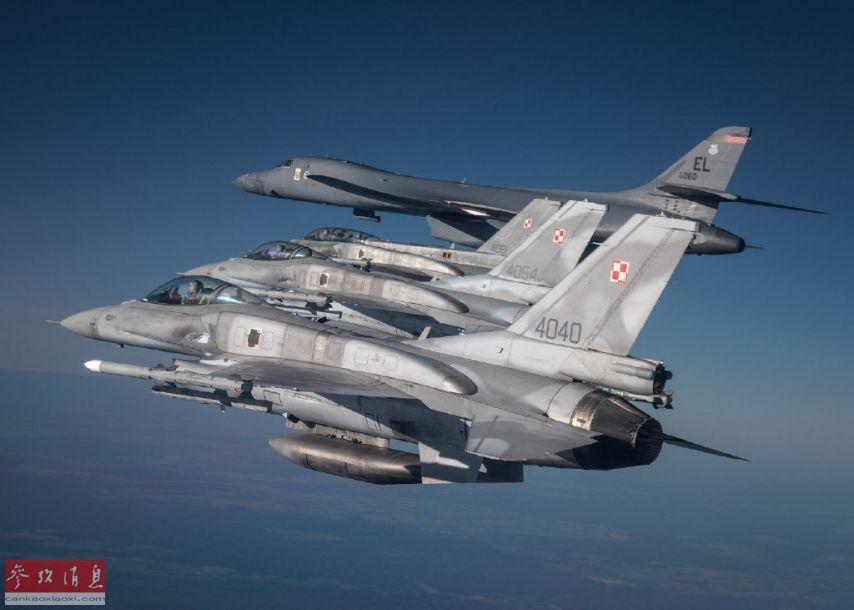 """据美国空军官网报道,近日,美空军从位于本土的埃尔斯沃思基地出动多架B-1B战略轰炸机,飞越东欧多个北约盟国以及黑海地区,进行联合远程奔袭训练,颇有为盟国""""撑腰""""的节奏。图为波兰空军F-16战机编队为美军B-1B轰炸机护航。"""