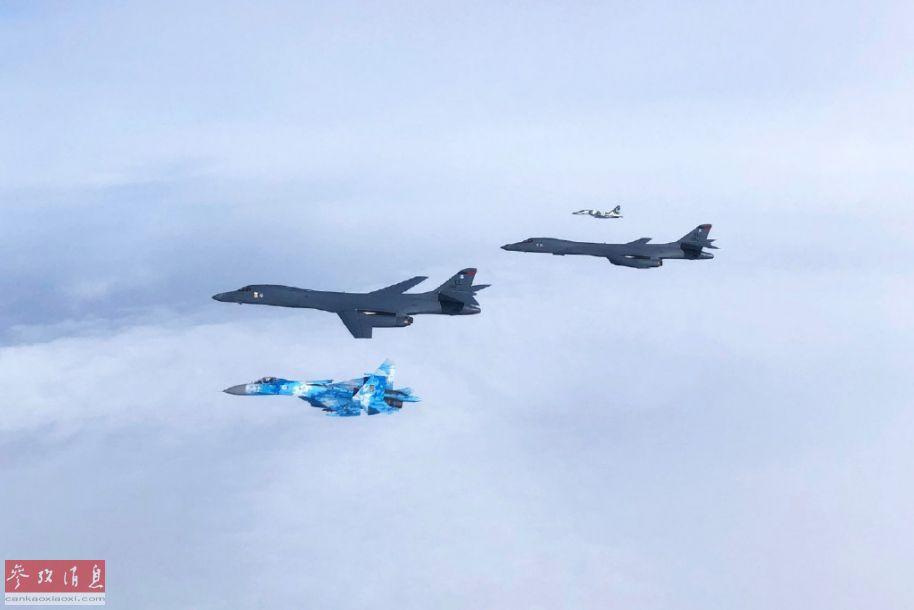 克兰空军出动苏-27重型战机为美军B-1B轰炸机护航。