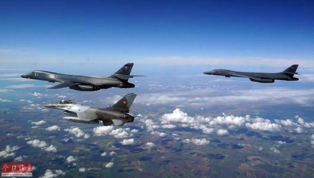 罗马尼亚空军出动美制F-16战机为美军B-1B护航。
