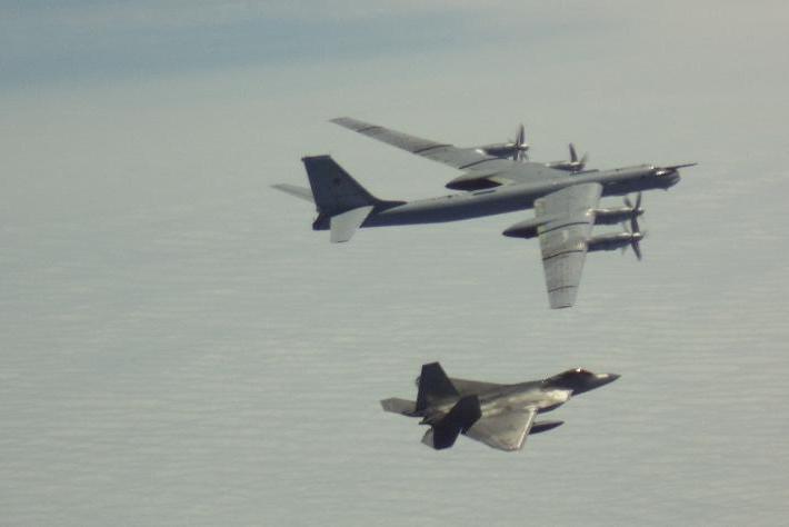 俄军机编队飞近美领空 遭美F-22隐身战机拦截