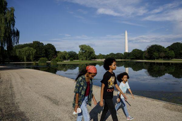6月21日,人们在美国首都华盛顿的国家广场散步。