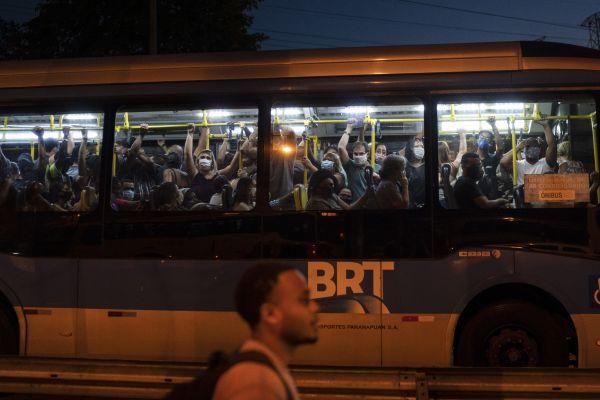 6月25日,巴西里约热内卢的一辆公交车载满乘客。(新华社 美联)