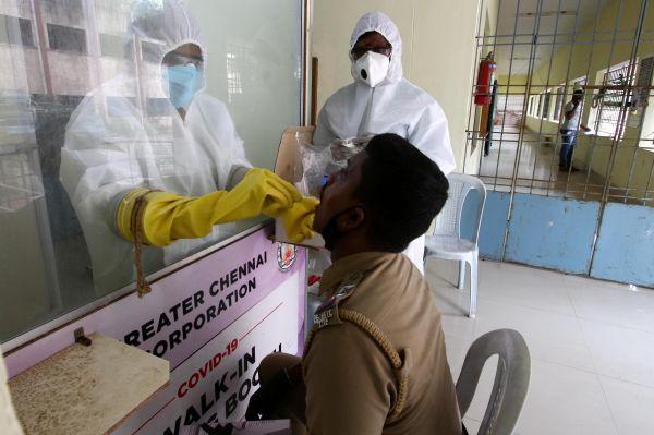 """印度新冠患者家属抱怨:医生的举动""""像对待麻风病人"""""""