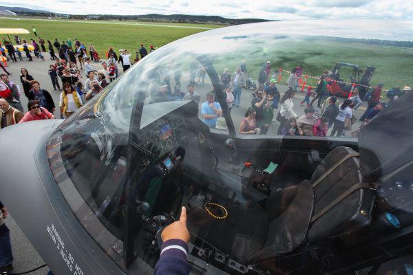 这张摄于2014年4月6日的照片显示,一名小观众在澳大利亚堪培拉机场开放日上参观F-35模型机驾驶舱。新华社发