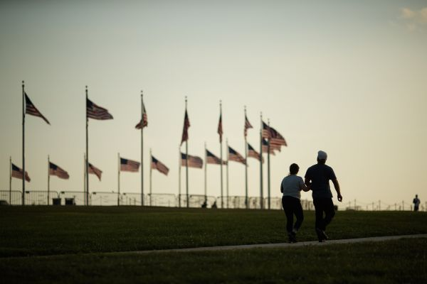 7月19日,人们在美国华盛顿国家广场游览。