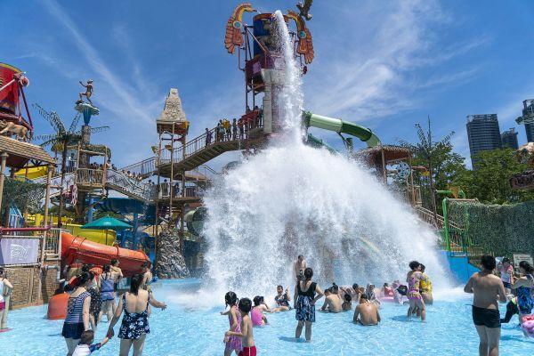 8月15日,游客在武汉玛雅海滩水公园内游玩。(新华社)