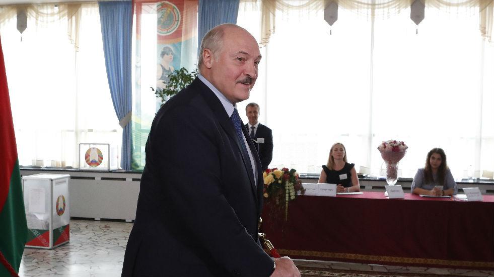 外媒:白俄总统卢卡申科持枪亮相总统府_德国新闻_德国中文网