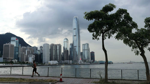 """香港今日开展社区普测 中央港府警告""""港独""""勿黑抗疫"""