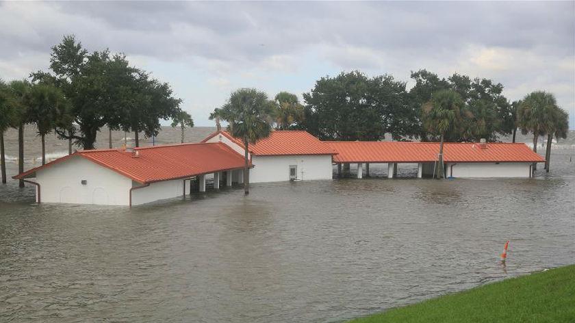 """飓风""""萨莉""""缓慢逼近美国墨西哥湾沿岸"""